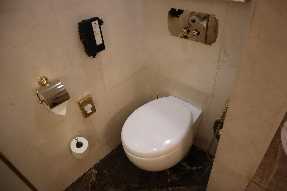 St. Regis Moscow Nikolskaya – St. Regis Suite toilet