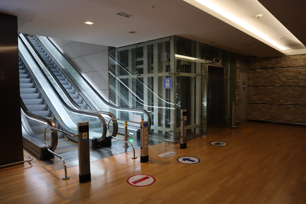 Asiana Airlines First Class Lounge – Escalator