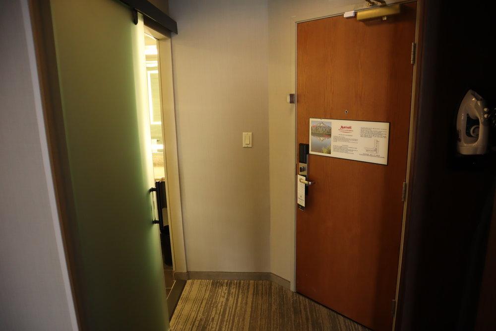 Marriott Portland Downtown Waterfront – Foyer and bathroom
