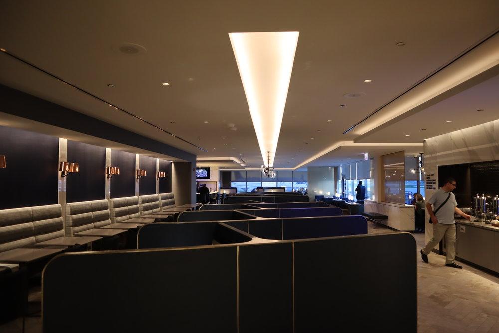 United Polaris Lounge Chicago – Hallway