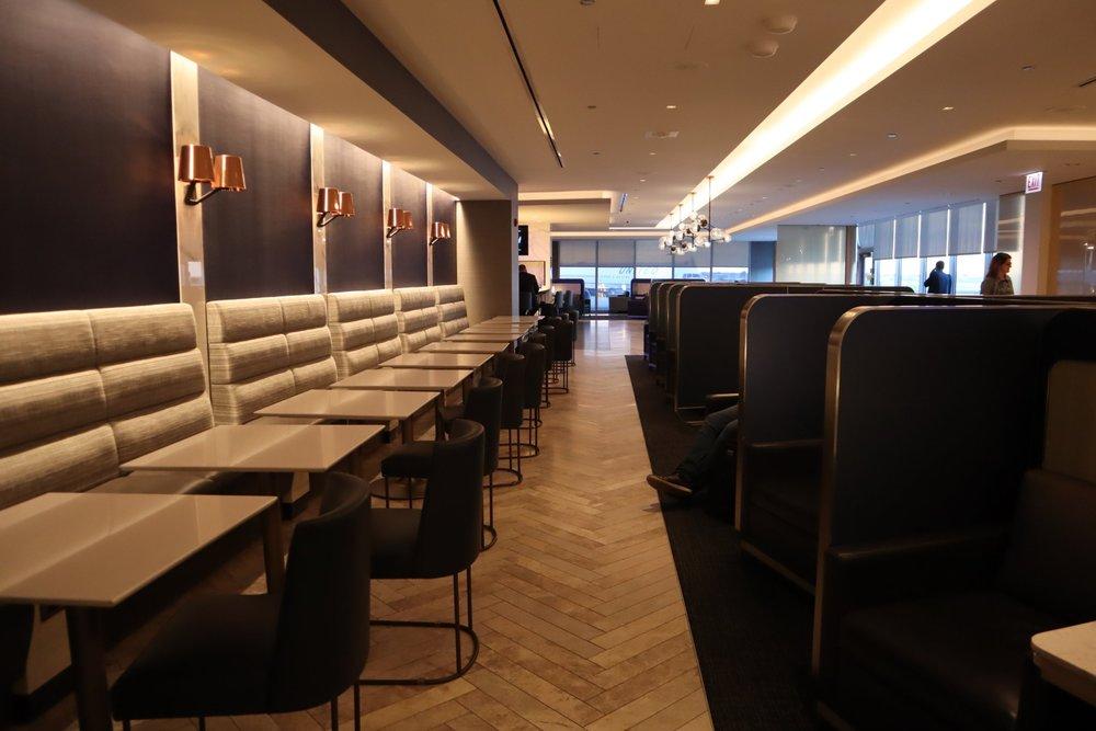 United Polaris Lounge Chicago – Hallway seating