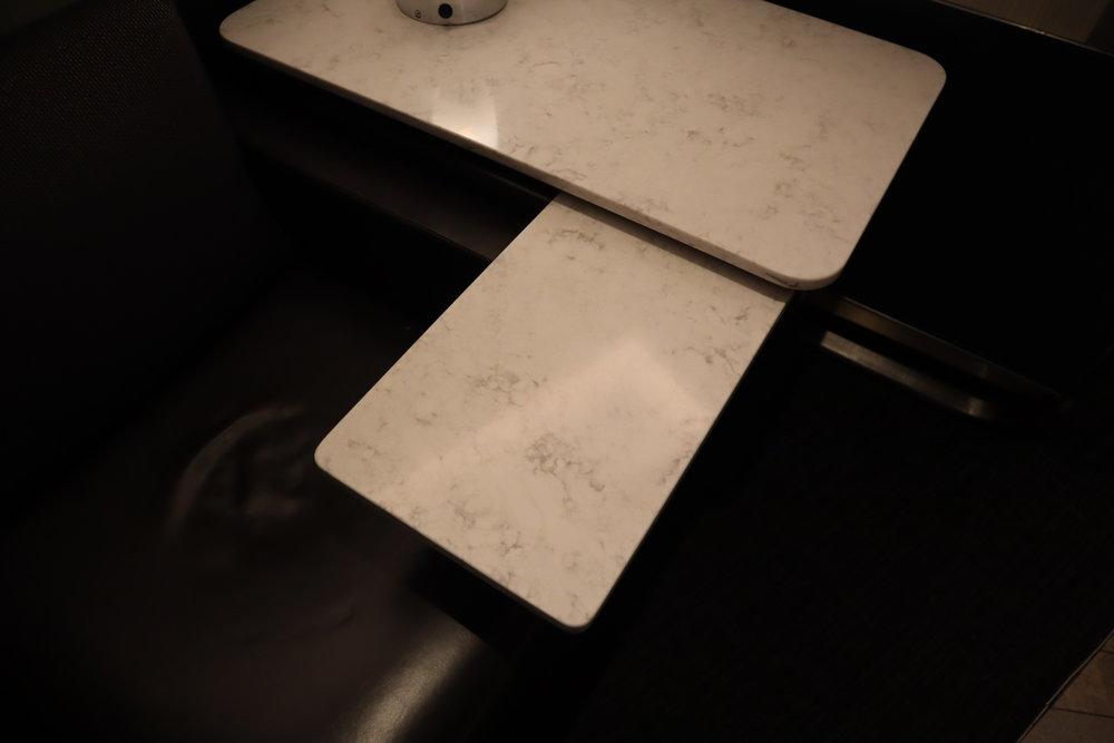 United Polaris Lounge Chicago – Individual pod sliding desk