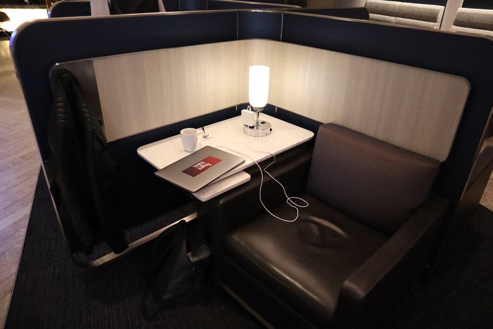 United Polaris Lounge Chicago – Individual pod