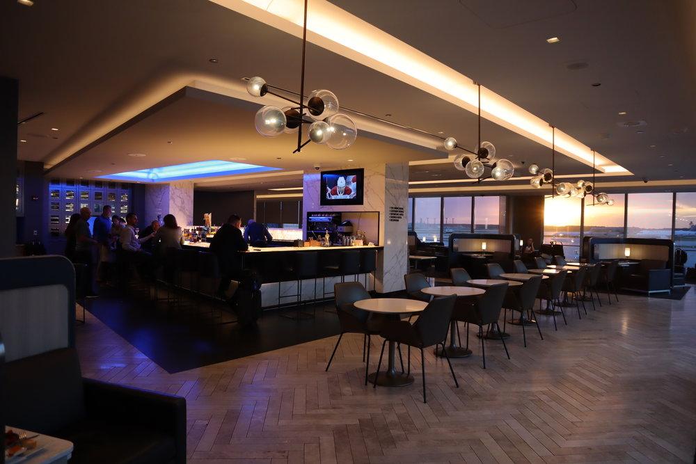 United Polaris Lounge Chicago – Bar