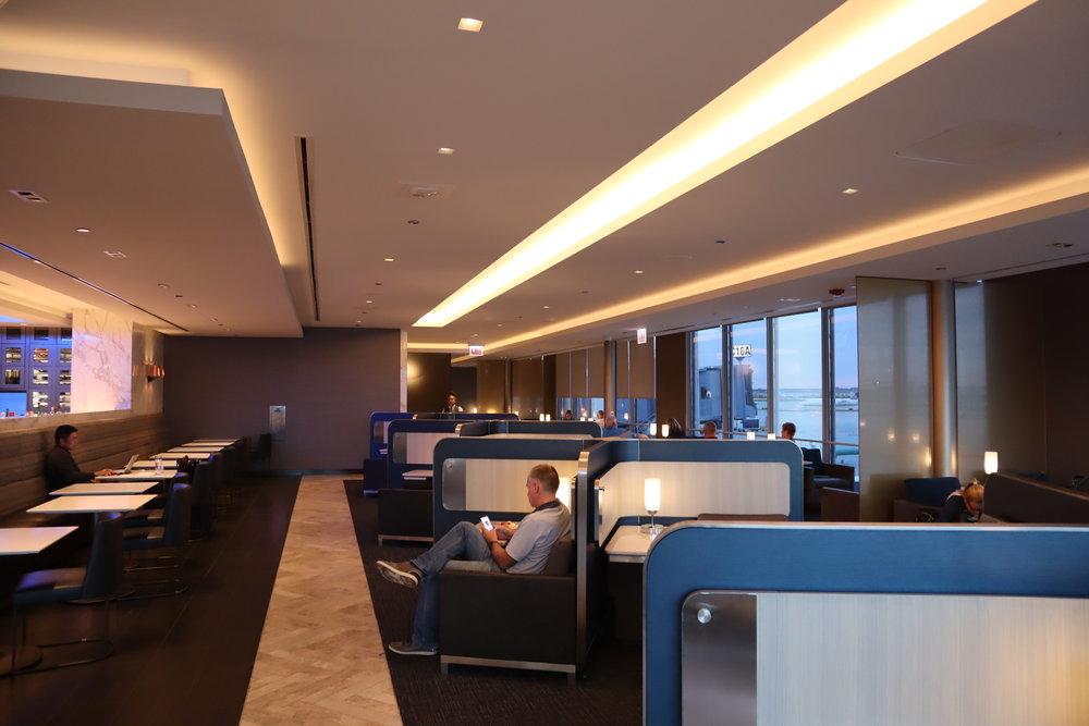 United Polaris Lounge Chicago – Individual pods