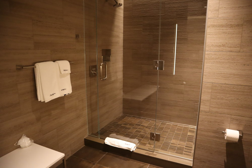 United Polaris Lounge Chicago – Shower suite