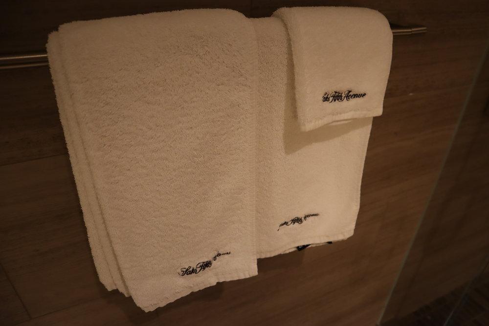 United Polaris Lounge Chicago – Shower suite towels