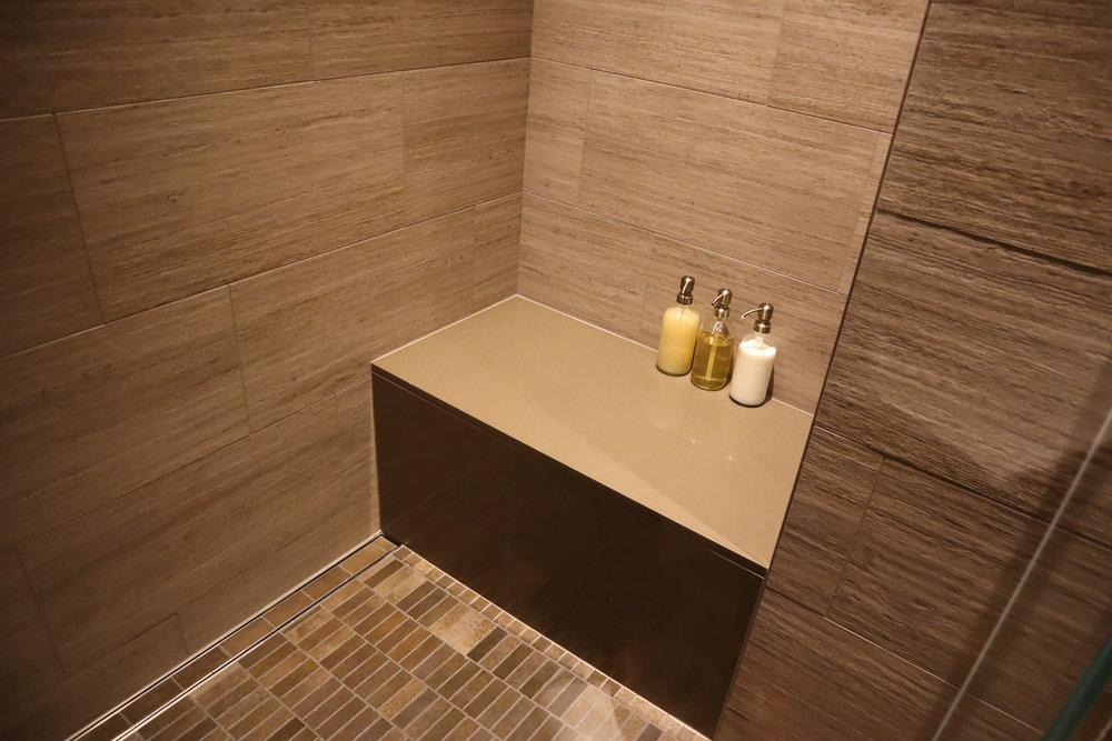 United Polaris Lounge Chicago – Shower bench