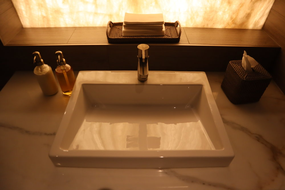 United Polaris Lounge Chicago – Shower suite sink