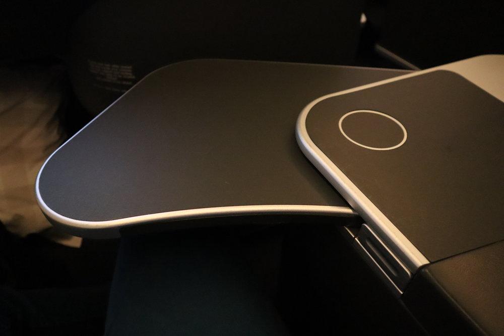 SAS business class – Tray table