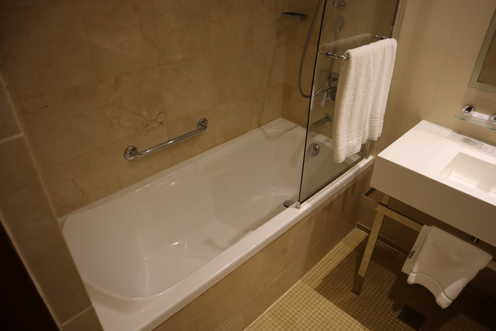 Hotel Telegraaf Tallinn – Shower and tub combo