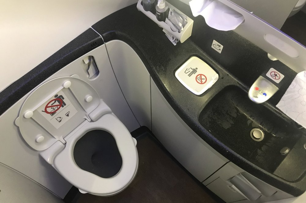 LOT Polish Airlines business class – Restroom
