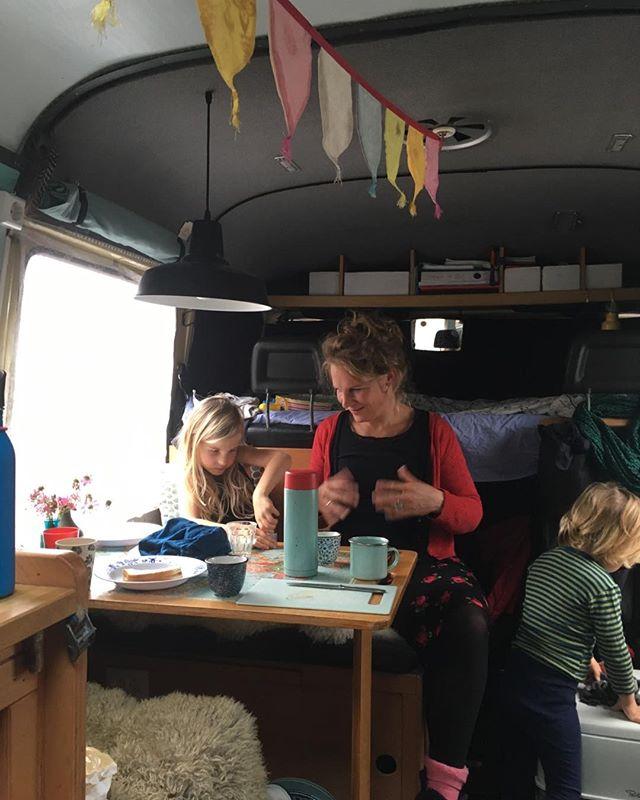 It is Pieternel's birthday today! Van or not, there are flags, balloons and cake. #vanlife #campervan #gezinsgelukopreis #familycampervantravel #mb508 #foix #birthday