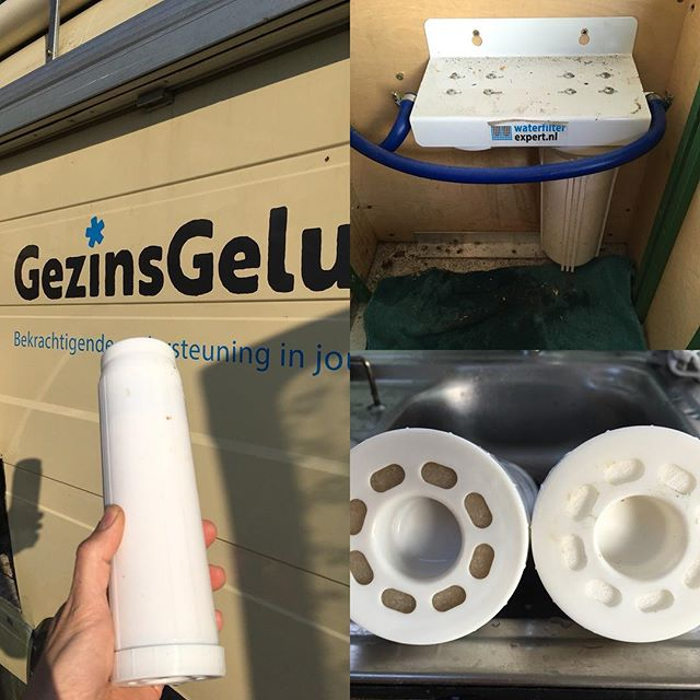 Time to change our fluor-waterfilter. It did does its job in the last four months (left one is old). #vanlife #campervan #gezinsgelukopreis #familycampervantravel #mb508 #familyvan