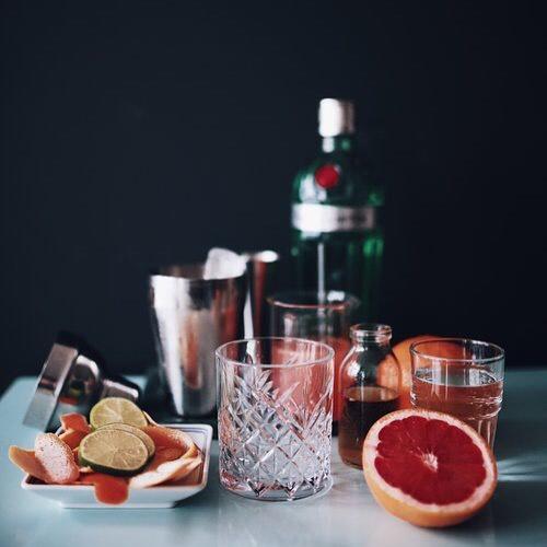Pink Shaddock: 5 cl @tanqueraygin No. TEN, 4 cl frischgepresster Grapefruitsaft, 1 cl Holunderblütensaft, 1 Schuss Limettensaft / Den Drink dann mit Soda auffüllen und mit Grapefruit garnieren. Happy Weekend! #Drinks #tanqueraygin #tanquerayten #grapefruits #pinkshaddock #weekenddrinks #barculture #gin #mixology #cheers🍸 #taste #rushdarlington #latenightsesh