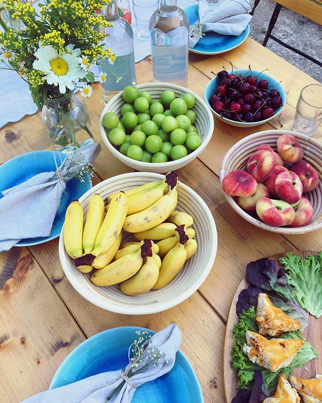 Let's go outside! #urbanarapicknick with @urbanara #taste #gardenparty #outdoorkitchen #fruits #naturestyle #summervibes #palmtrees #tropicalfeelings #urbanara #rushdarlington