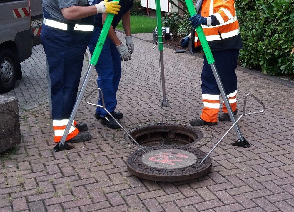 Wasserproben liefern die Ergebnisse der Sammelphase. Um eine Probe aus dem Kanal zu entnehmen, wird zunächst ein Dreibaum aufgebaut.