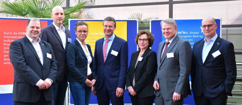 Dr. Jochen Türk (IUTA), Dr. med. Kai Naßenstein (St. Marien-Hospital), Dr.med. Claudia Mohr (MVZ), Dr.-Ing. Wolf Merkel (IWW), Bürgermeisterin Ursula Schröder,Staatssekretär Dr. Heinrich Bottermann (NRW-Umweltministerium) und Dr. Franz-Josef Schulte (RWW)