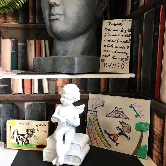 Souvenir de nos charmants visiteurs !  Merci Annabelle et Elliot 👋😃 Au plaisir de voir recevoir à nouveau dans notre belle région !  #baiedesomme #avis #visiteur #hebergement #location #unepivert #enfant #dessin #souvenir #merci #acceuil #confort #deco #decorationinterieur #sculpture #papierpeint #trompeloeil #ange