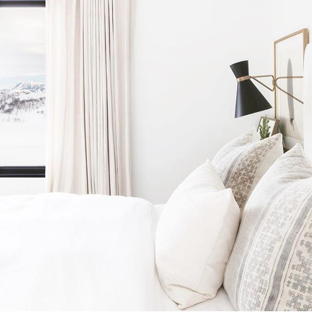 This bedroom has me feeling excited for mornings with my family this weekend! My oldest son loves to come snuggle in bed with me before going down to eat breakfast, and it's my favorite thing ever! What are you looking forward to this weekend? . Design: @nicoledavisinteriors Photo: @alyssarosenheck