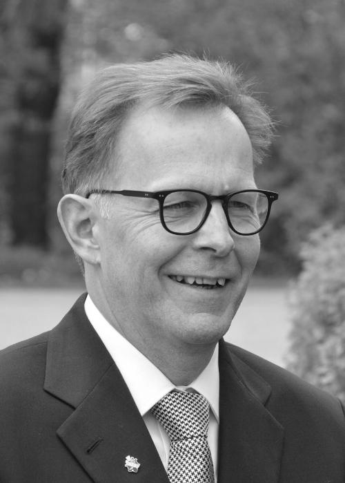 Mats Wilhelmsson   Mats Wilhelmsson har spelat en viktig roll på den svenska finansmarknaden under de senaste 30 åren.  Mats har en bakgrund som omfattar; aktiemäkleri i några av Sveriges ledande börsmedlemmar, ansvar för marknadsövervakningen på Stockholmsbörsen, Nordic Growth Market, Nasdaq Dubai och Finansinspektionen.  Mats var med och grundade Scila AB, en av de ledande leverantörerna av system för övervakning av värdepappershandel.  Under många år var Mats representant i Intermarket Surveillance Group, FESE Working Committee och CESR Pol.