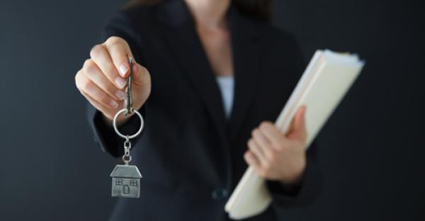 letting-agent-with-keys.jpg