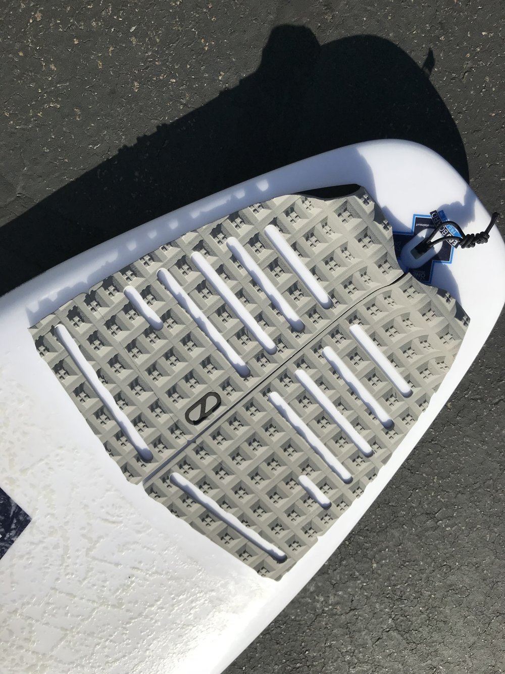 Flat pads give you more flexibility to move your foot while surfing compared to pads with arch bars in the center.