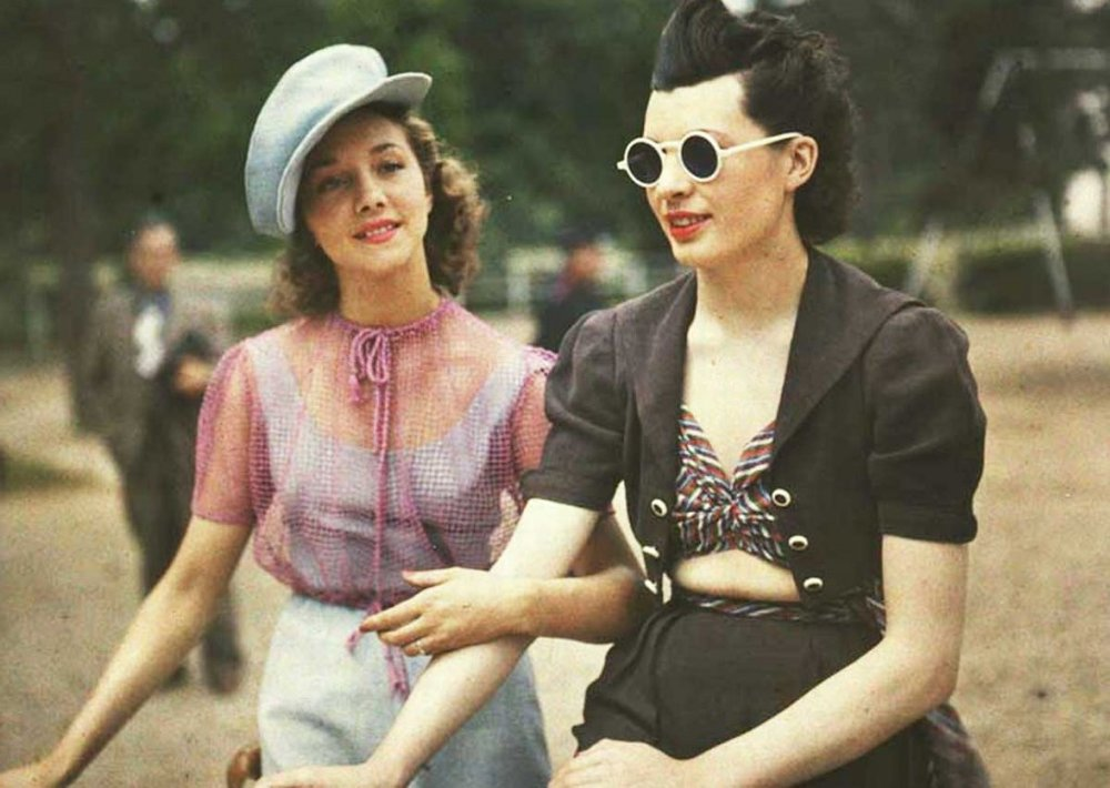 Jules Richard - photo of two women in Paris in 1930s