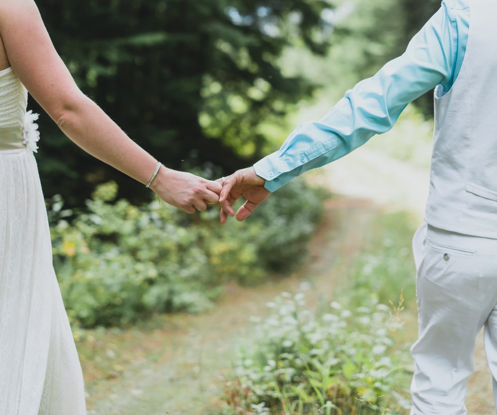 wedding-photography-heather-mountain-lodge-elopement-holding-hands