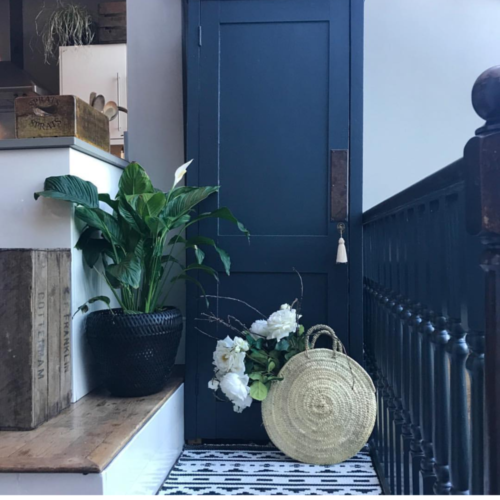 I spy an @lisavalentinehome basket in the home of @vintagecuratorinteriors
