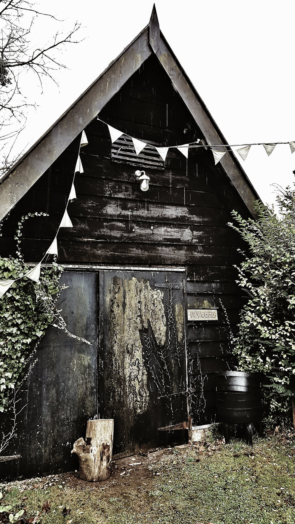 Where most people see an old shed I see my dream modern rustic cabin with black cladding. I would love to add a garden studio at home a little bit like this. I loved the bunting strung from it