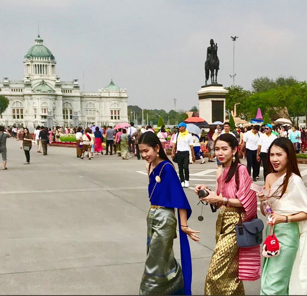 3 beautiful girls in front of Parlament* .png
