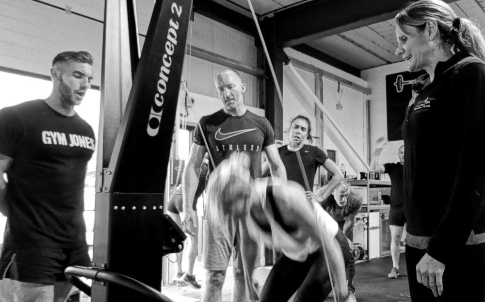 EliteFit Coach Sanja onder toeziend oog van Helen op de SkiErg. Fotografie: Gym Jones