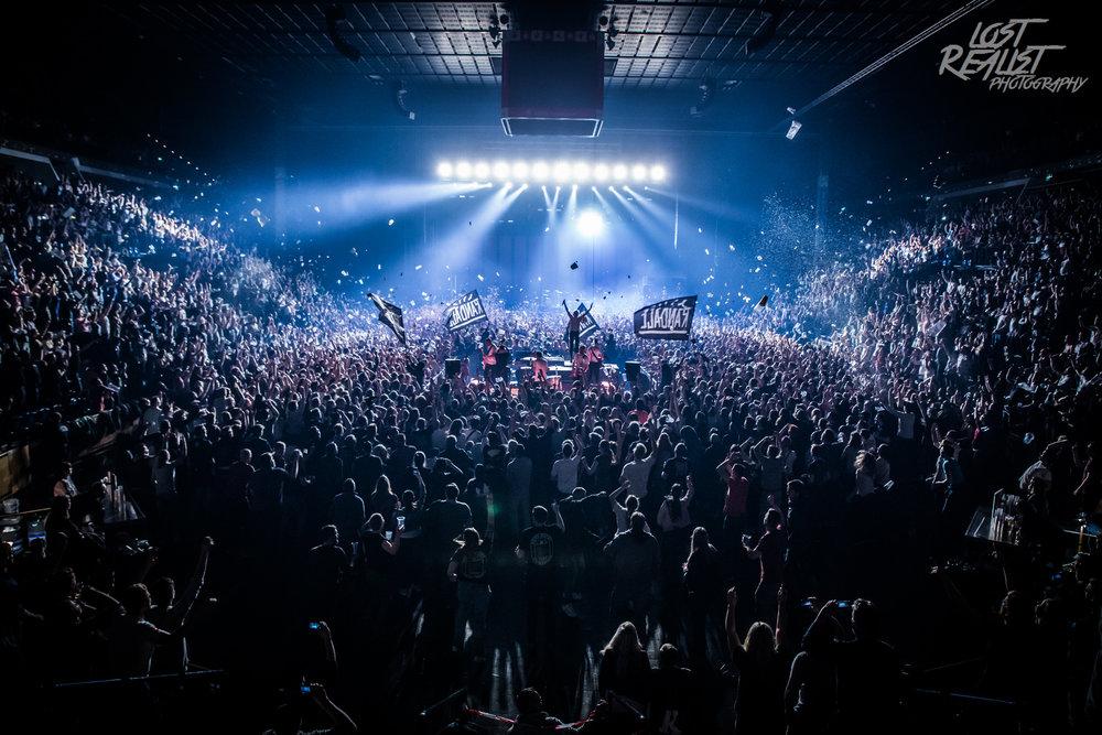 17.03.2018: KRAFTKLUBKiel, Sparkassen-Arena - Was soll man zu Konzerten der Indie-Rocker von KRAFTKLUB noch sagen? Egal ob im kleinen Club in London, in der Sporthalle Hamburgs, als Festivalheadliner oder bei der Arena-Show in Kiel. KRAFTKLUB haben ihr Publikum immer fest im Griff und beeindrucken mit ihrer Show. Gleichzeitig ist bei dem Konzert eines meiner persönlichen Lieblingsfotos des Jahres entstanden.