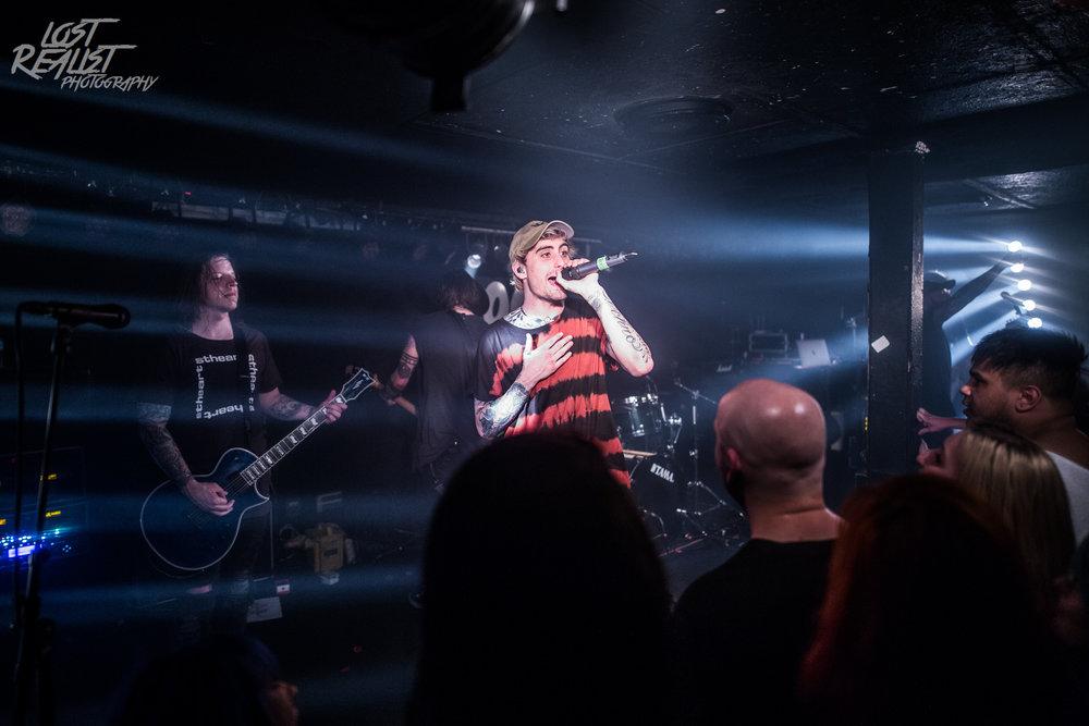 25.04.2018: WE CAME AS ROMANS - Hamburg, Logo |  Zum letzten Mal, dass ich die Band mit Kyle Pavone am Mikrofon sehen konnte. Der Sänger verstarb am 25. August 2018 an den Folgen einer Überdosis.