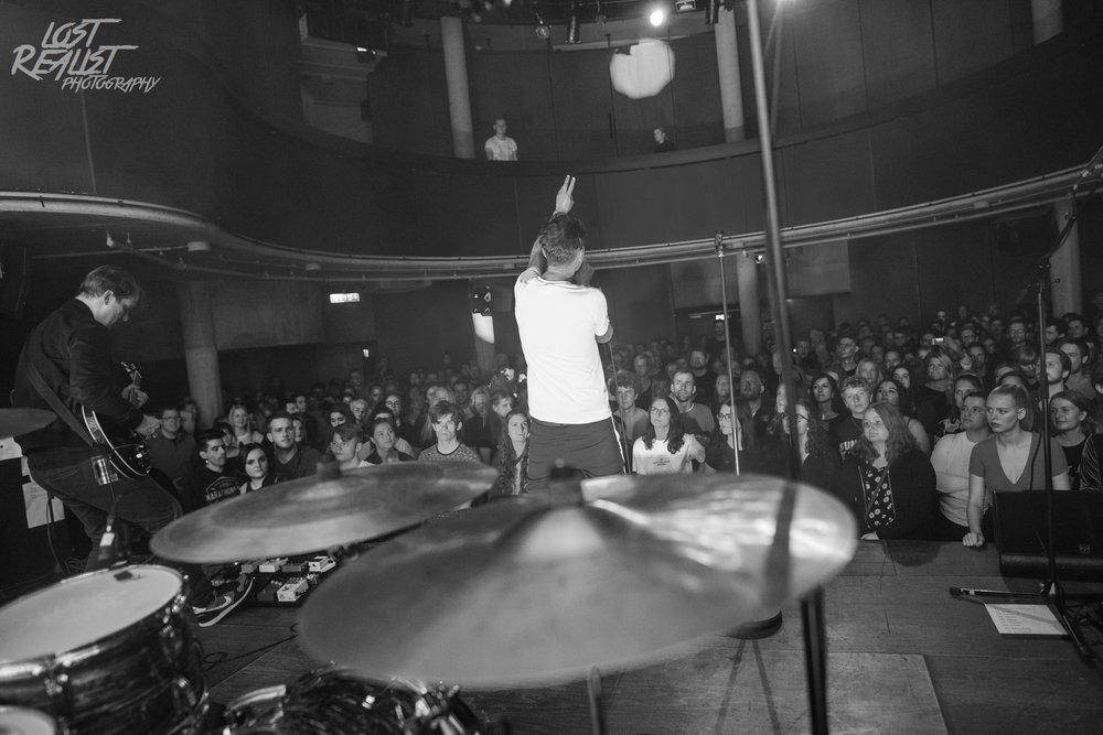 26.10.2018: ABAY - Hamburg, Mojo |  Der Sänger der Band lud mich kurzerhand während des Konzerts auf die Bühne ein.