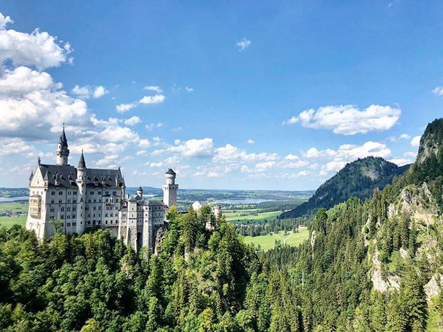 Raise your hand if you know where this is 🤚⠀ #EasyGoTraveler #LearnToWander #Travel #FirstClass #Castle #Germany #Europe #Disney #Scenic #View #Dream #Vacation #Journey #Adventure #Wanderlust