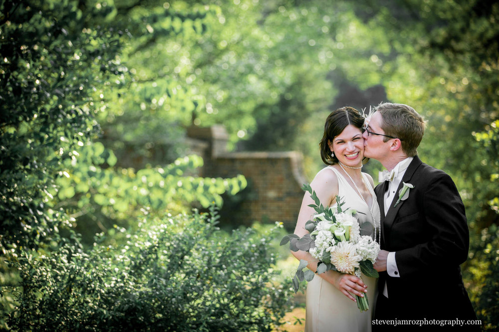 chapel-hill-kissing-couple-wedding-steven-jamroz-photography-0202.jpg