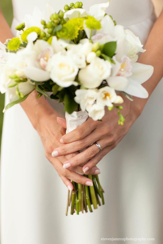 bride-holding-bouquet-durham-nc-steven-jamroz-photography-0438.jpg