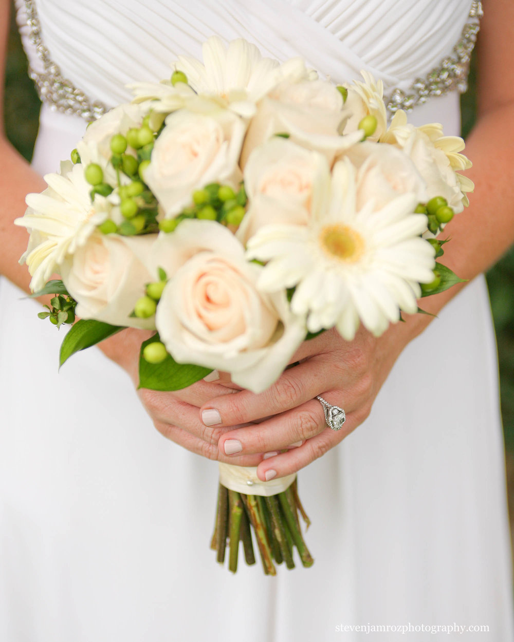 bride-holding-bouquet-wedding-steven-jamroz-photography-0559.jpg