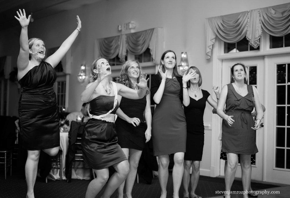 catch-bouquet-bridesmaids-hudson-manor-photographer-0782.jpg