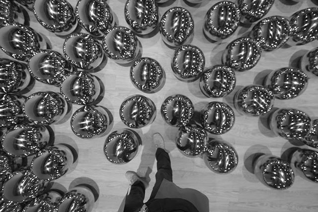 Balloons or steel balls? 700 of them. Mangle perception. . . . . . #shiftingspaces #haywardgallery #yayoikusama #kusama #southbankcentre #weekendadventures #urbanadventures 📸 @findingneel