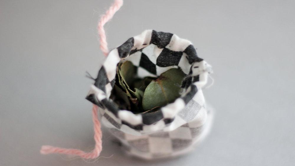 Ce petit sachet que j'ai fait pour repousser les mites est complètement recyclé : Le tissu provient de l'intérieur d'une vieille paire de  Dickie's  et j'y ai insérer des feuilles d'eucalyptus et des fleurs de lavande issues d'un bouquet en fin de vie.