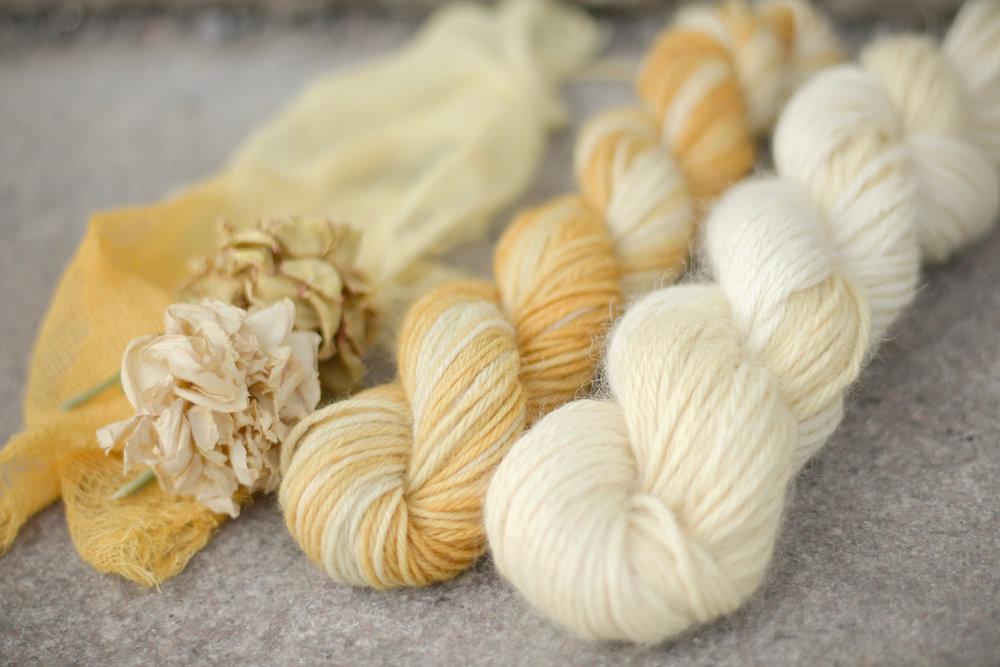 De gauche à droite : coton fromage, laine à bas brute, bébé alpaga