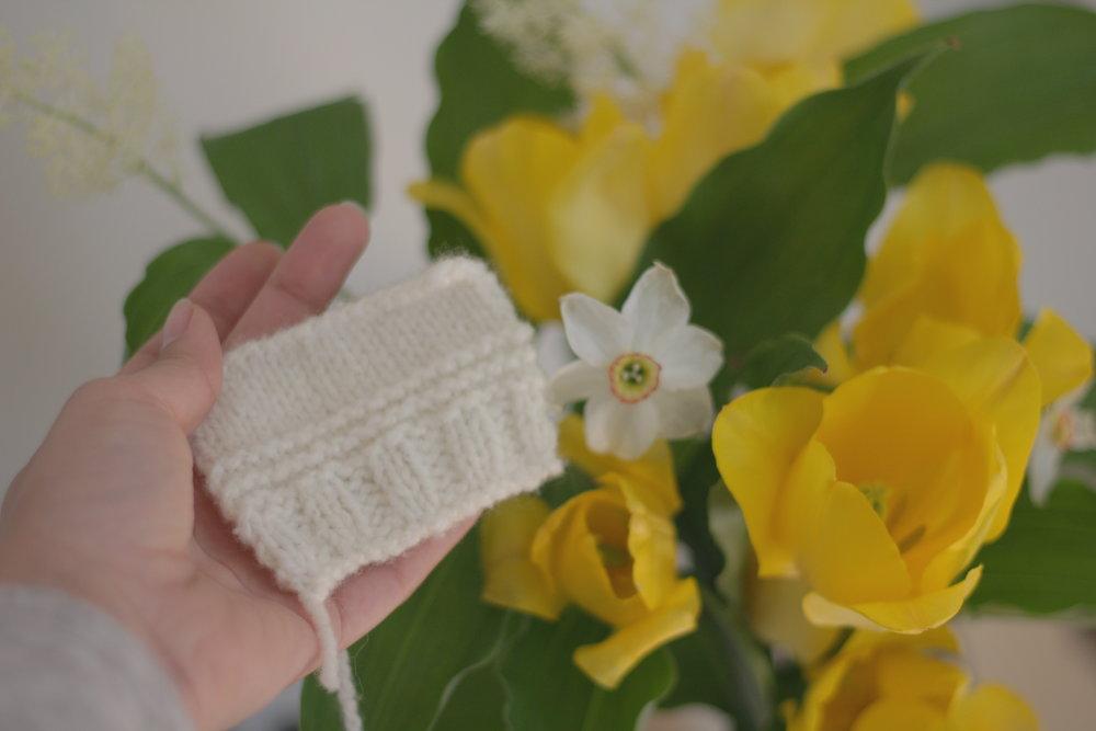 Échantillon tricotté de la première base de laine qui sera offerte par bleu poussière