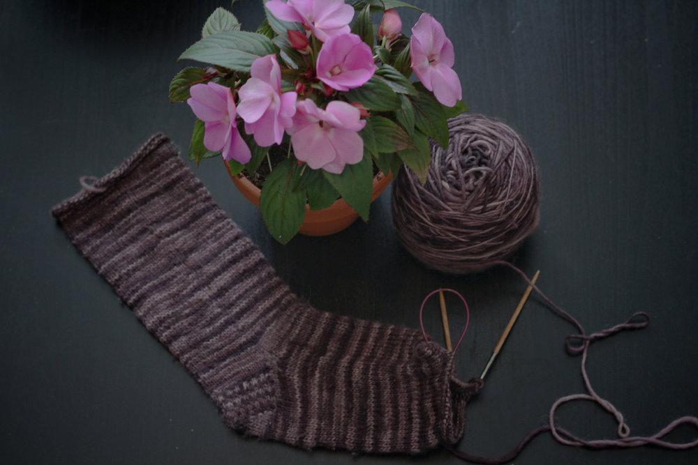 Les fleurs sont des Impatientes et la laine est Clara de Manos Del Uruguay
