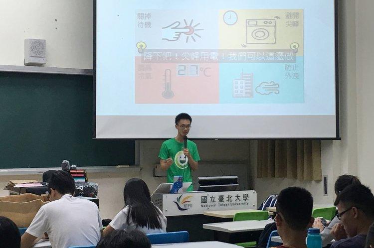 校園能源大使在教室內講解節電撇步
