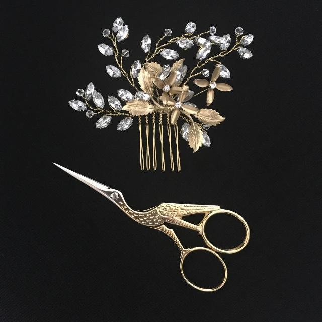 Jennifer Hair Comb - Gold hair comb.Approx. W 11cm x L 9cmThis delicate looking six tooth hair comb features three fine flowers,amongst beautifully detailed gold plated leaves. Hand wired with sprays of small swarovski crystals and leaf shaped crystal rhinestones in a claw setting.Made from flexible jewellery wire, each crystal stand can be softly shaped to suit your desired look.MADE TO ORDER - The Jennifer hair comb is made to order.Please allow 5 working days for production plus delivery times.www.thepolishedbride.com.au