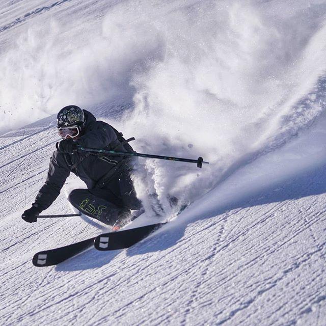 🇬🇧 Look forward, stay focused and follow the rhythm! The snow is abundant, slopes are perfect, temperatures are simply ideal, it's going to be a beautiful sunny week of skiing! 🇪🇸 Mira adelante, concéntrate y sigue el ritmo! La nieve està abundante, las pistas son perfectas, las temperaturas son ideales, esta va a ser una soleada semana de ski! . . . . . . #rideyourtime #valdisere #courchevel #traveladdict #monturapeople #timetoplay #earnyourturns #freeride #skiing #skilesson