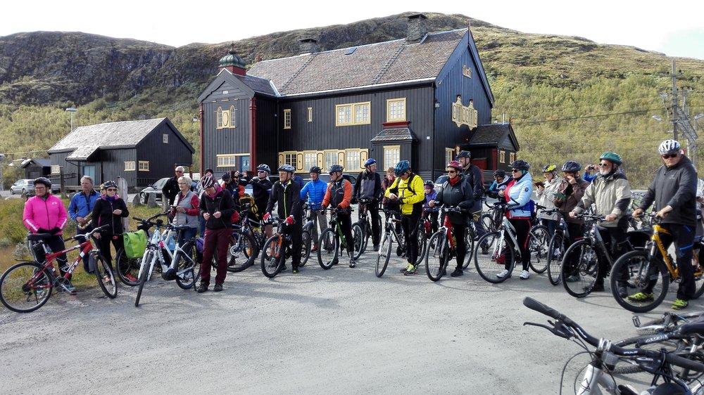 Forventningsfulle syklister på Hjerkinn stasjon. Foto: Inge Angård